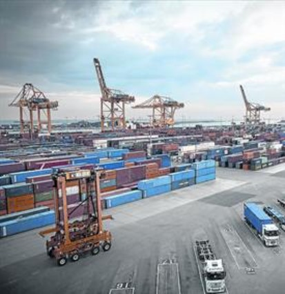 Actividad en una terminal de contenedores del Port de Barcelona.