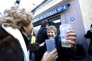 Afortunados celebran el primer premio de El Niño, en Leganés.