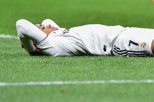 Mariano, delantero del Real Madrid, se lamenta tras una ocasión fallida.