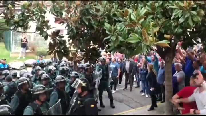 Estas escenas de tensión, que se han difundido por las redes sociales, se han producido en varios puntos de Catalunya.