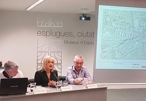 La alcaldesa de Esplugues, Pilar Díaz, junto al concejal de Urbanismo, Eduard Sans, durante la Audiencia Pública para dar cuenta del nuevo carril bici entre la ciudad y Sant Just Desvern.