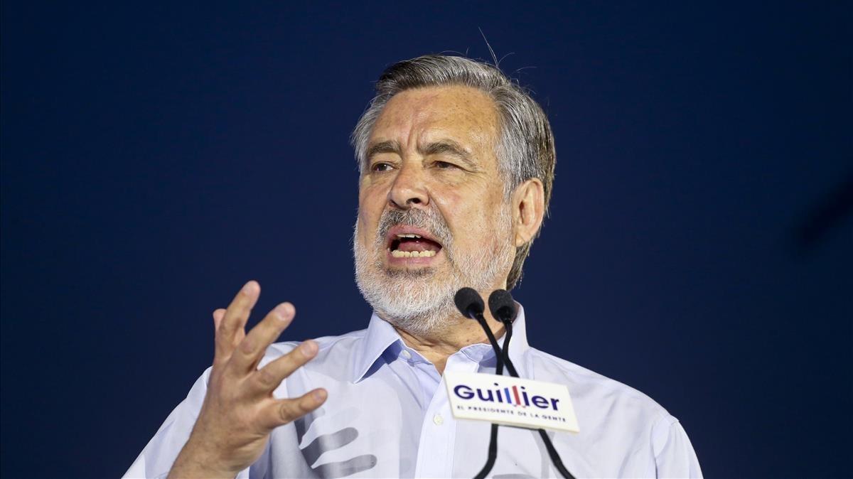 Alejandro Guillier se dirige a sus seguidores, en el cierre de campaña, en el exterior del Palacio de la Moneda, en Santiago, el 14 de diciembre.