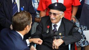 Macron saluda a un veterano durante la ceremonia de conmemoraciónen Portsmouth, Reino Unido.