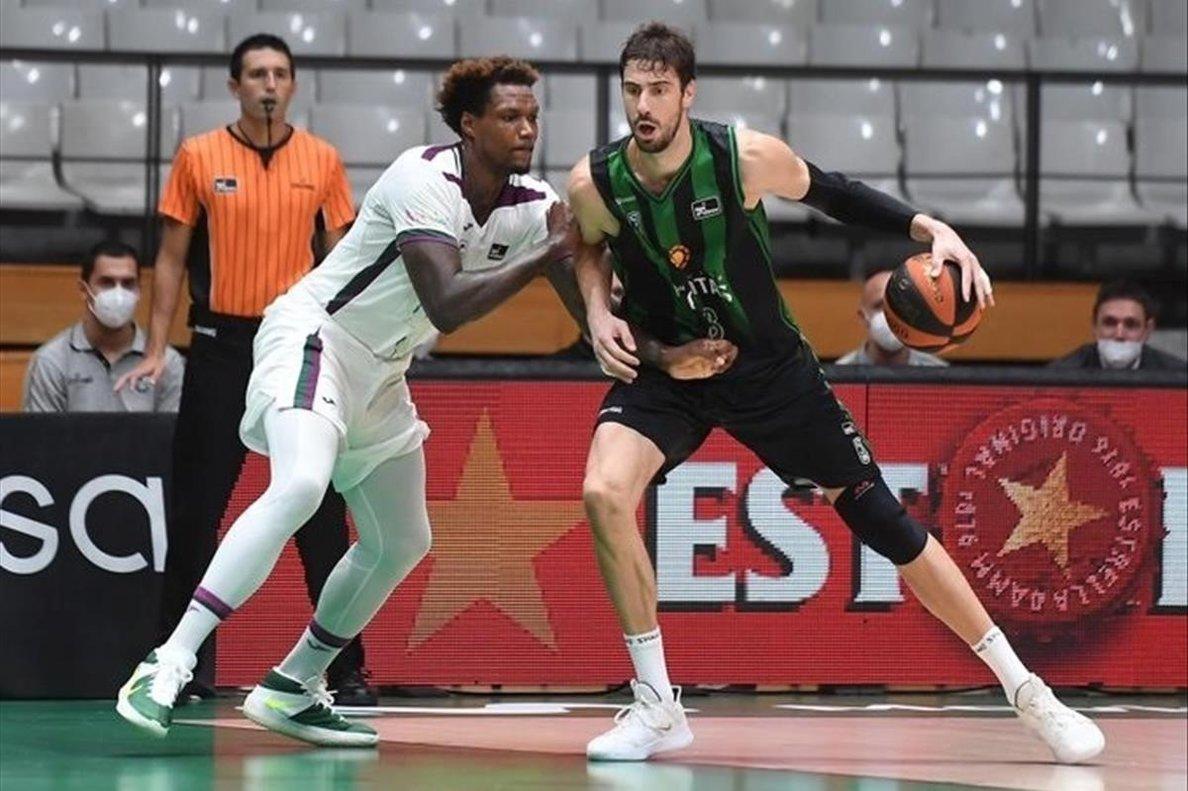 Ante Tomic, en una acción del Joventut-Unicaja, en la primera jornada de la Liga ACB.