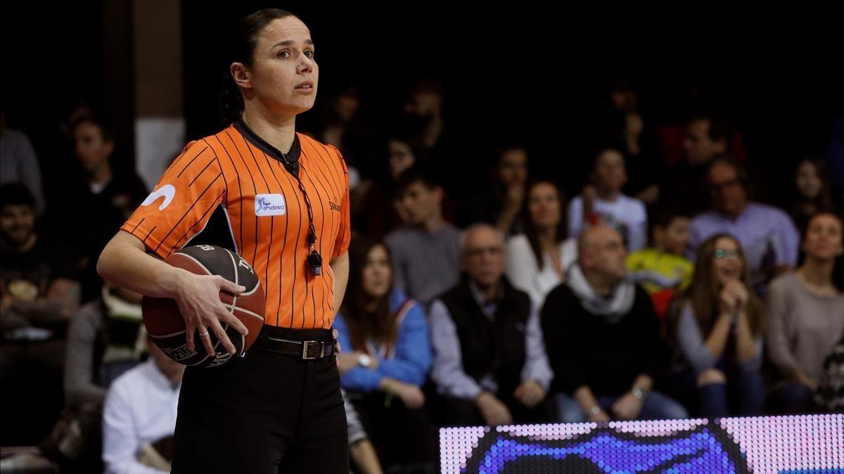 La árbitro de baloncesto Esperanza Mendoza.