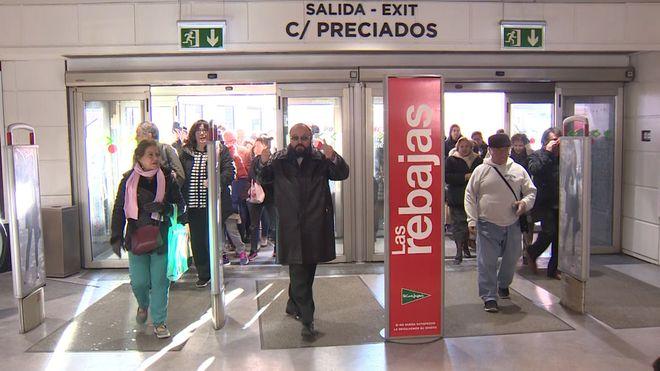 Gente a la entrada de unos grandes almacenes.
