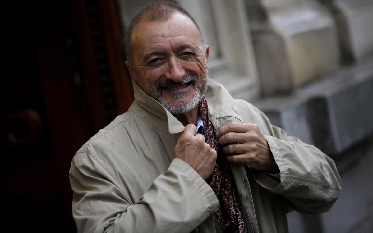 Arturo Pérez Reverte, en la puerta de la Real Academia Española.