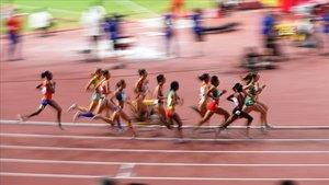Atletas en acción en el estadio Khalifa de Doha en el Mundial