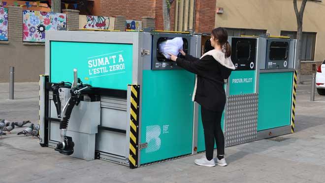 Barcelona empieza una prueba piloto de recogida selectiva móvil en el barrio de Bon Pastor.