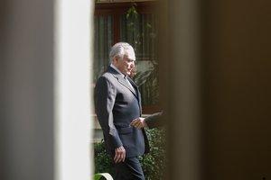 El expresidente de Brasil, Michel Temer, sale de su casa para regresar a prisionen Sao Paulo.