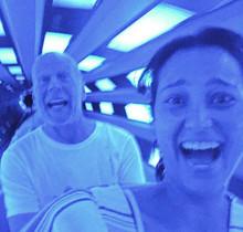 Bruce Willis y su mujer, Emma Heming, en una montaña rusa de Disneyworld.