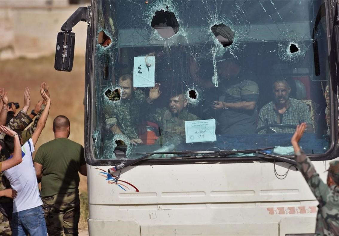 Buses transportan habitantes de los pueblos progubernamentales en el noroeste de Siria, zona bajo el control de los rebeldes, hacia la provincia de Alepo.