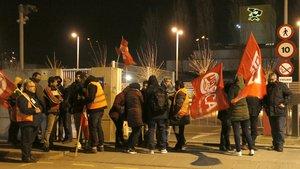Trabajadores en huelga de Cacaolat realizando un piquete informativo a las puertas de la fábrica de Santa Coloma de Gramanet (Barcelona).
