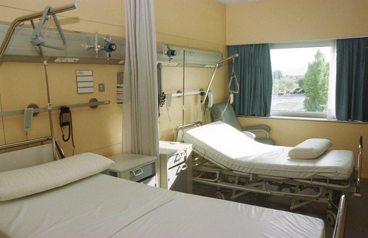 Camas vacías en un hospital.