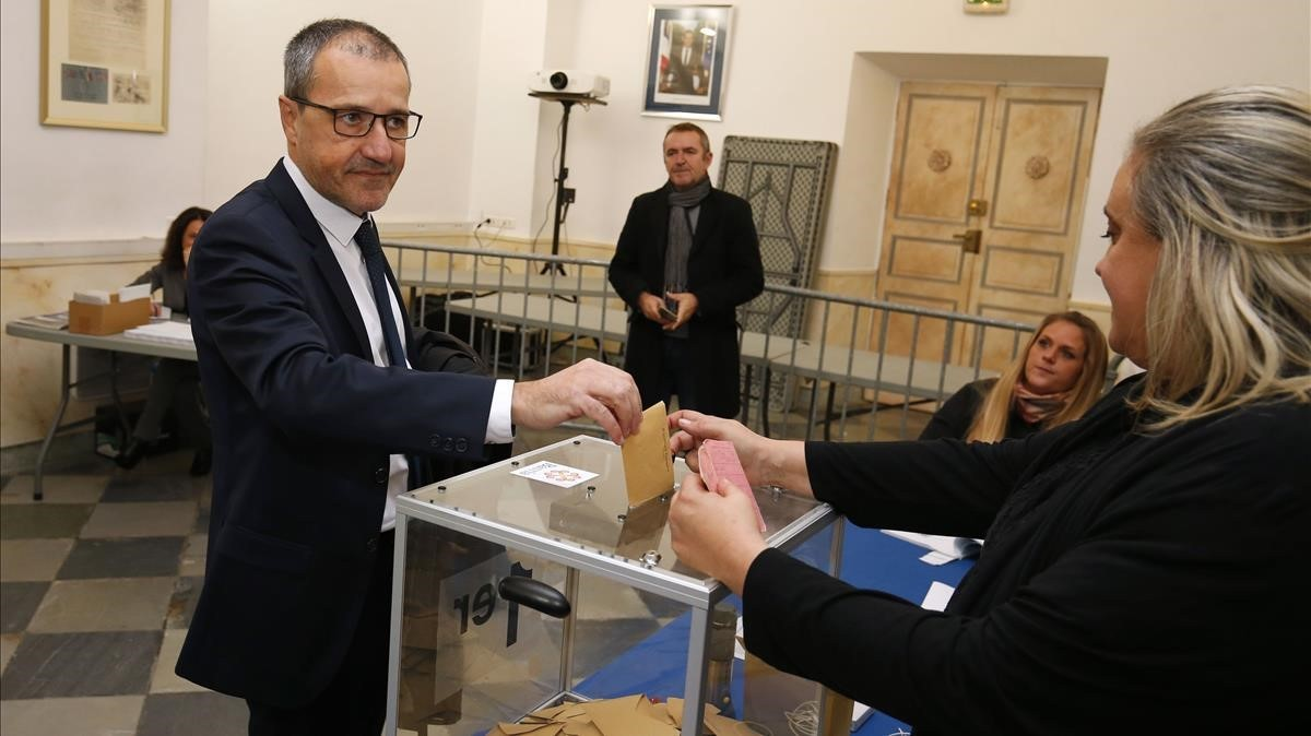 El candidato nacionalista Guy Talamoni vota en Bastia (Córcega).