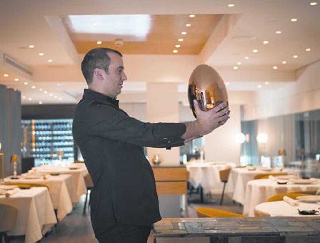 Romain Fornell, con un huevo de Christofle que esconde una cubertería.