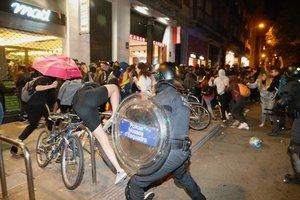 Cargas de los Mossos contra independentistas en la calle Mallorca.