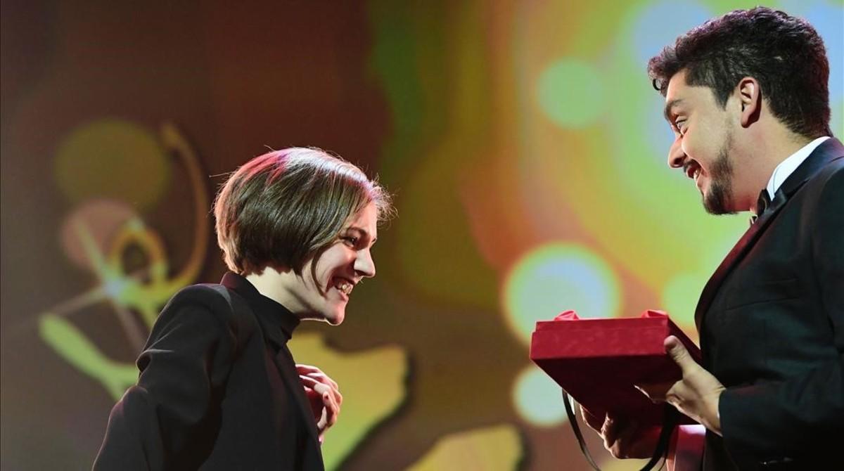 La directora catalana Carla Simón recibe el premio a la mejor ópera prima en el Festival de Cine de Berlín, por su película Estiu 1993.