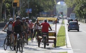 Ciclistas por el carril bici de paseo de Sant Joan.