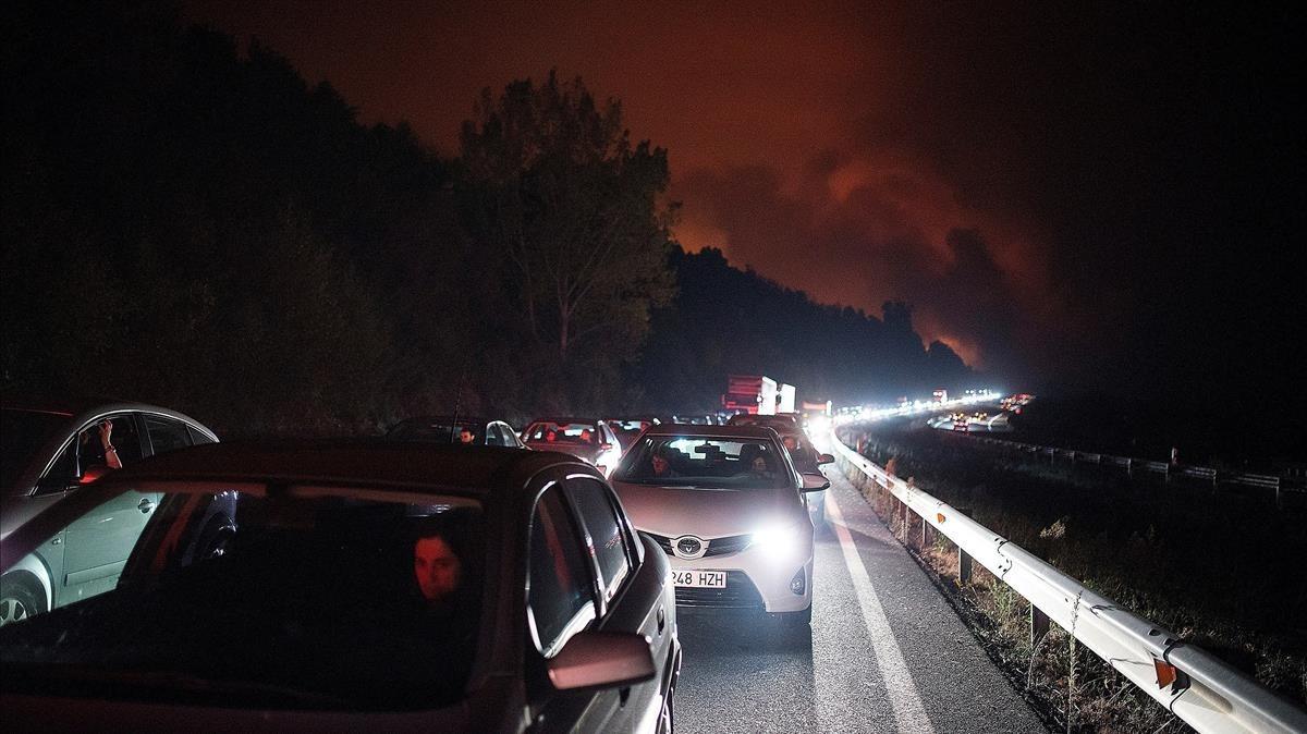 Cientos de coches atrapados en la autovía A-52 a la altura de A Caniza, Pontevedra.