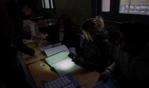 Ciudadanos argentinos asisten a votar en las elecciones agobernador de la provincia de Santa Fe durante el apagón.
