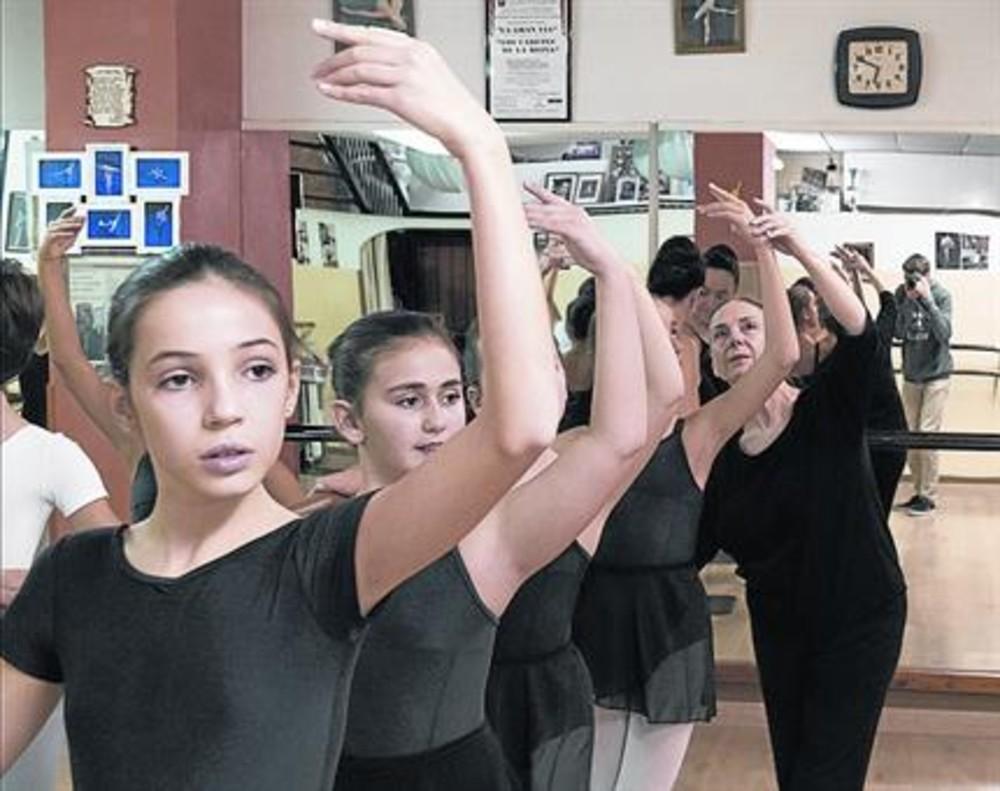 Isa Moren corrige a sus alumnas en su escuela de la Verneda.