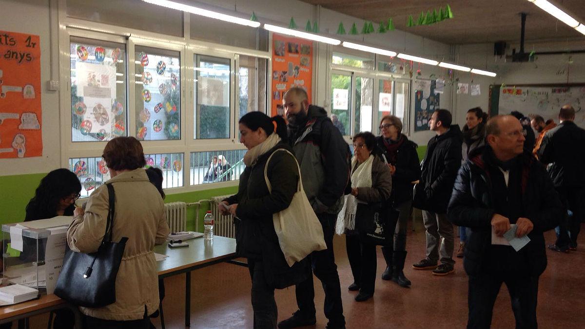 Colas para votar en el colegio Acàcies de Poblenou.