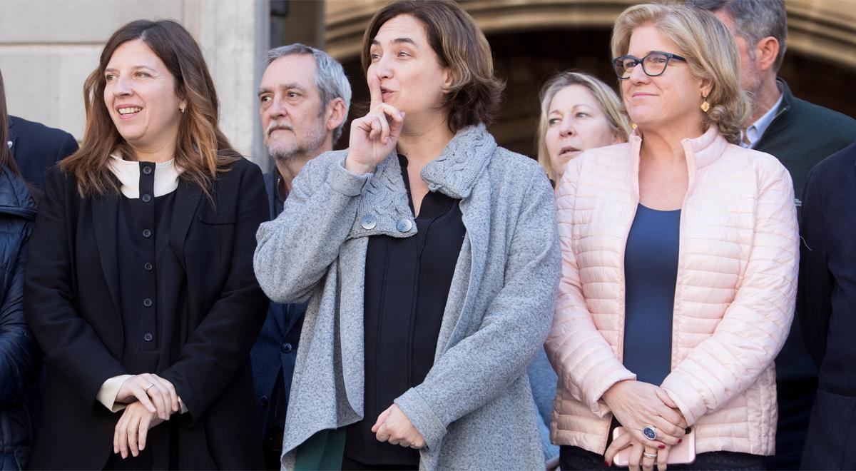 Ada Colau durante el minuto de silencio que se ha guardado en la plaza Sant Jaume para condenar y mostrar el pésame por el atentado en Nueva Zelanda.