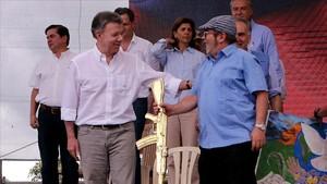 Fotografía de archivo del 27 de junio del 2017 del presidente de Colombia,Juan Manuel Santos,junto al maximo lider de las FARC Rodrigo Londoño, alias 'Timochenko'.