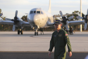 El comandant japonès Hidetsugu Iwamasa, a la pista de la Royal Australian Air Force Base Pearce, després de larribada dels avions de la Força Marítima dAutodefensa del Japó per participar en la recerca.