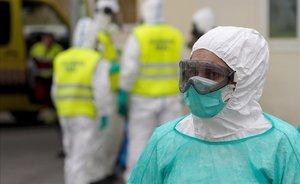 Un trabajador sanitario en el Hospital 12 de octubre de Madrid.