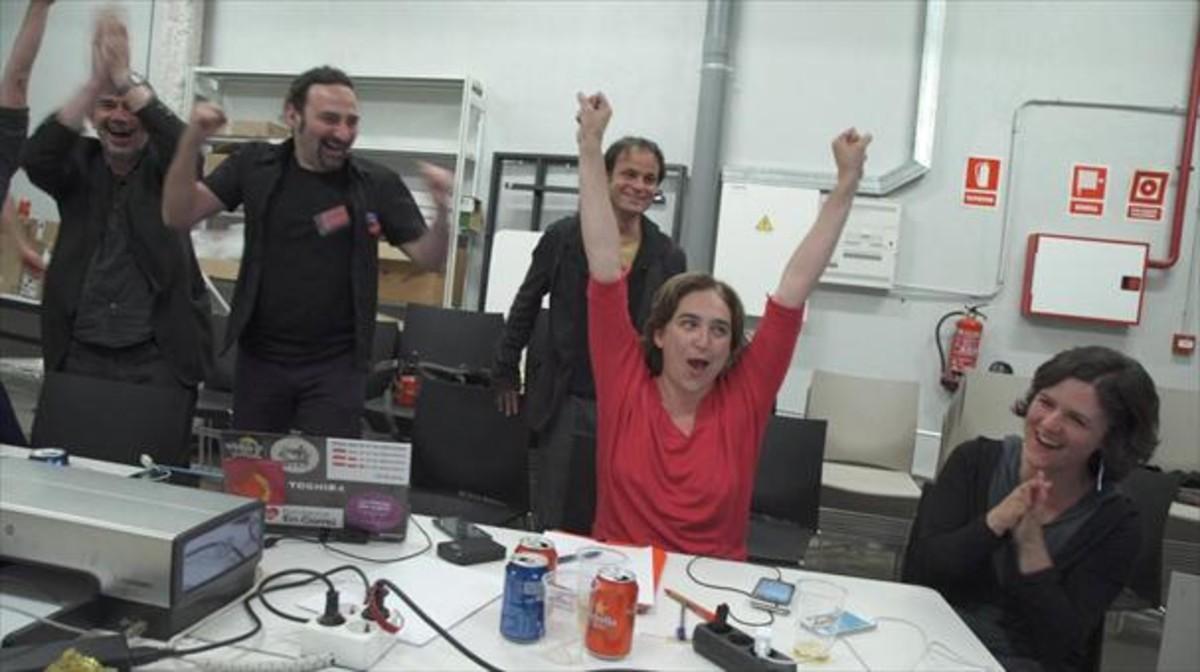 Colau, tras recibir la llamada de Trias felicitándola por la victoria electoral, en una imagen del documental.