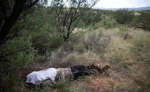 El cuerpo de Misael Paiz en el lugar del desierto de Sonora en el que se desplomó cuando intentaba entrar enEEUU.