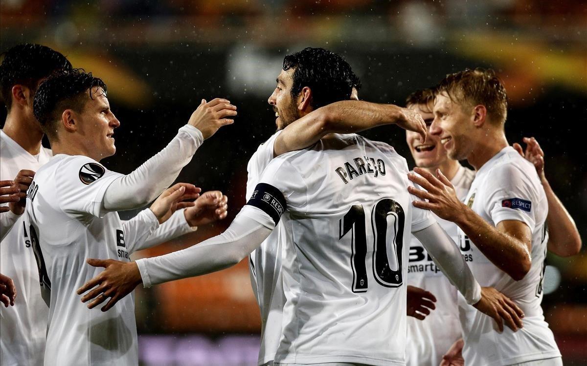 Dani Parejo celebra con sus compañeros el segundo gol ante el Villarreal