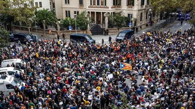 Un miler de persones es concentren davant de la Delegació del Govern