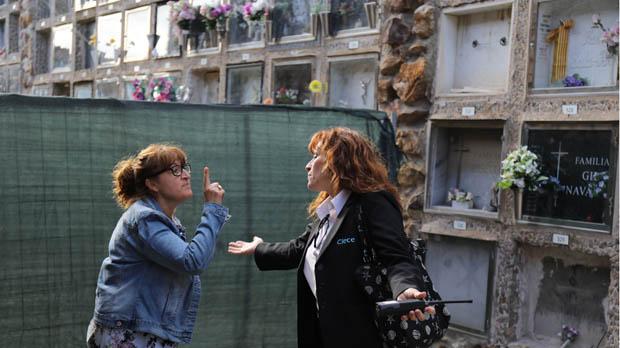 Maria Dolores relata indignada que no sabedónde está su madre.