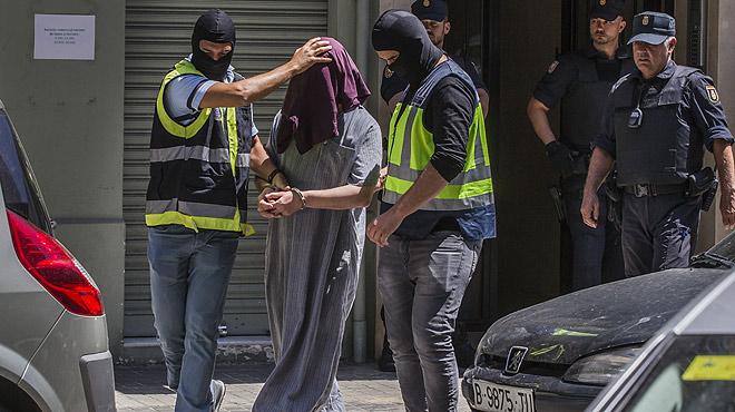 Vídeo de la detención en València delpresunto yihadista que había creado un entramado virtual dedicado a ensalzar el ideario del DAESH.