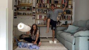 La pareja de actores Cristina Alarcón y José Luis García Pérez, en su casa, donde graban la 'sitcom' 'Diarios de la cuarentena' (TVE-1).