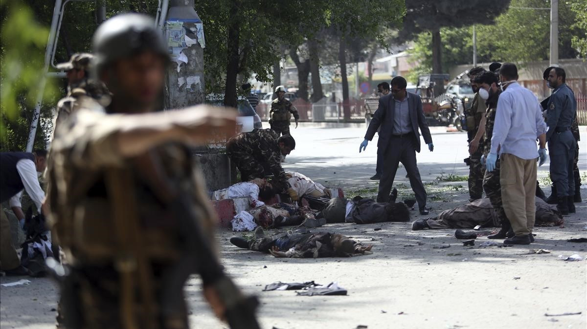 Un doble atentado suicida deja al menos 21 muertos en Kabul, la mayoría periodistas.