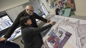Cristina Duran y Miguel Ángel Giner Bou, autores de la adaptación del libro de Laura Ballester, con algunos de los bocetos del cómic