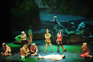 Una escena con Peter Pan, Wendy y los niños perdidos.