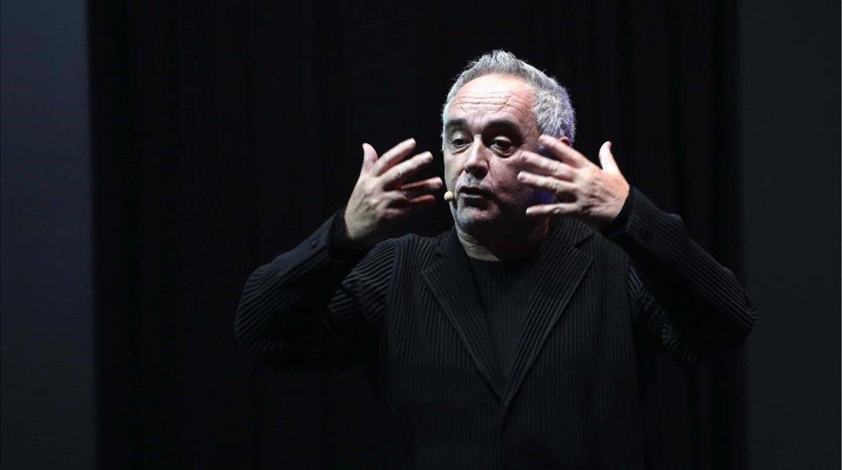 Adrià explica el proyecto de elBulli a los asistentes a Madrid Fusión, este lunes.