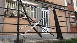 Edificio del pasaje Camèlia de Cornellà en el que se ha suicidado un inquilino que iba a ser desahuciado. En la imagen, estado de la valla sobre la que ha caído.