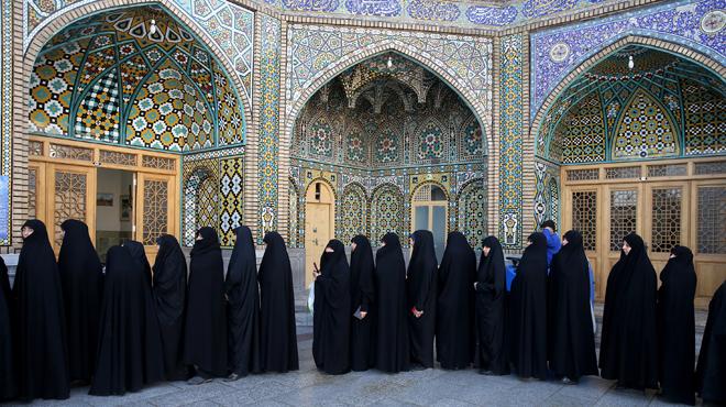 En mezquitas y en filas separadas