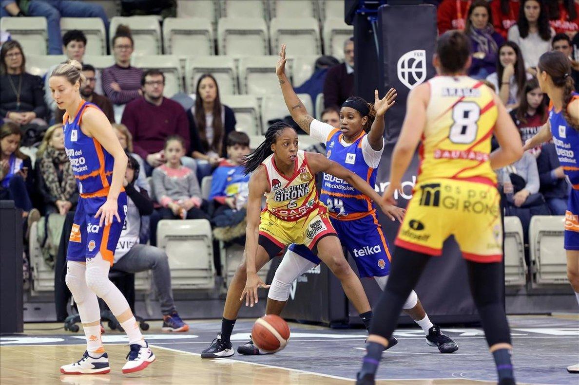 Elonu, del Uni Girona, controla el balón en presencia de Brown, en la semifinal