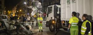 Un equipo municipal retira la estatua ecuestre de Franco ante el Born, tras ser derribada.