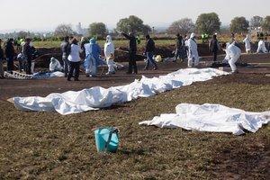 Expertos forenses registran la zona cerca de una toma clandestina de gasolina de Petroleos Mexicanos (Pemex).