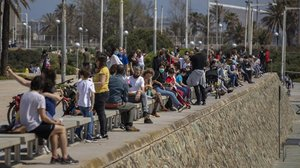 Familias con niños en Barcelona, muchas sin guardar la distancia de seguridad, este domingo.