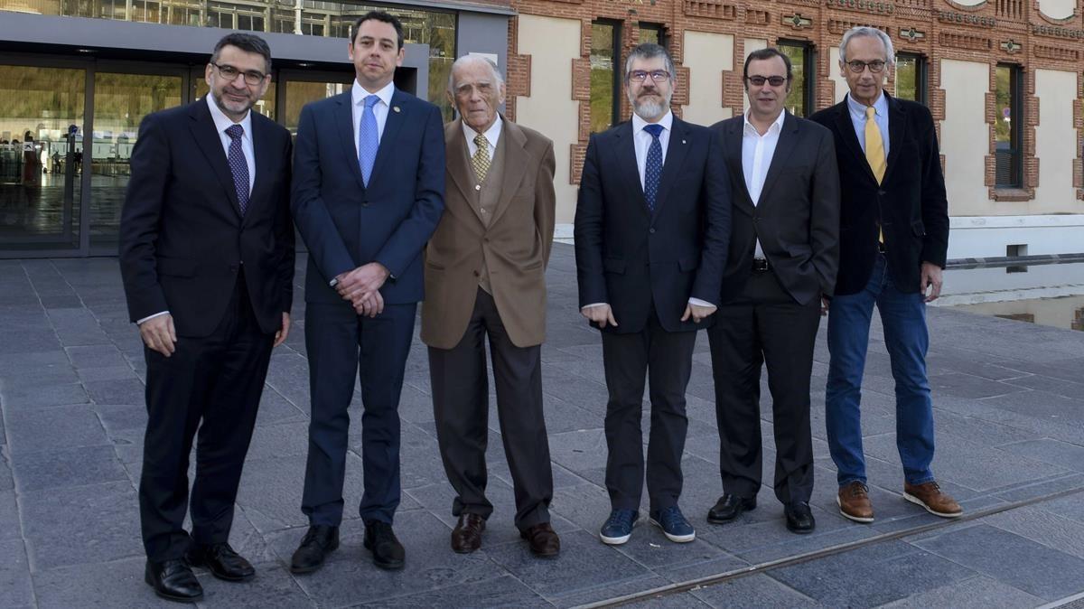Fotografía en la presentación del acuerdo. De izquierda a derecha,Àngel Font; Víctor Grífols; Josep Vilarasau; Albert Barberà; Raimon Grífols yBonaventura Clotet.