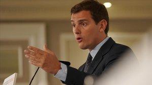 Rivera prioritza negociar amb el PP però no descarta Vox